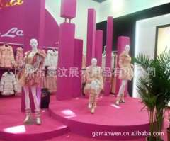 Upscale clothing store window display pictures and clothing for women with gold body mannequins customized Guangzhou